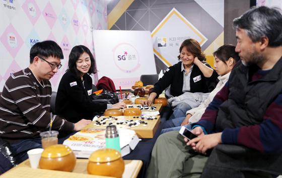 江铸久来到韩女子联赛现场为芮乃伟加油,元晟溱是SG高尔夫队的技术教练