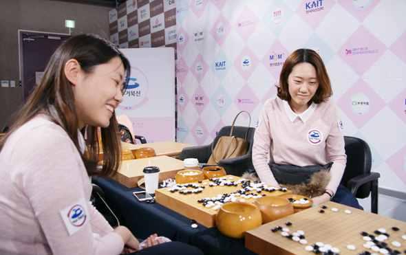 丽水龟船队主教练白知熹(左)