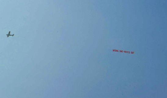 球迷曾飞机拉横幅要求莫耶斯下课