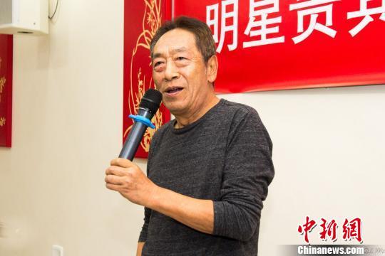 著名表演艺术家王奎荣与旅居南非的华侨华人进行了交流,并表演了一段朗诵节目。(吴勤坚/摄)