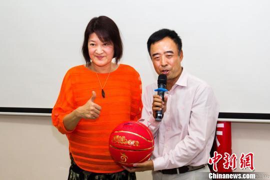 中国女篮名宿宋晓波向北京理工大学非洲校友会会长赵东辉赠送签名篮球。(吴勤坚/摄)