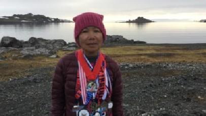 美国70岁奶奶不服老 7天跨越7大洲跑7场马拉