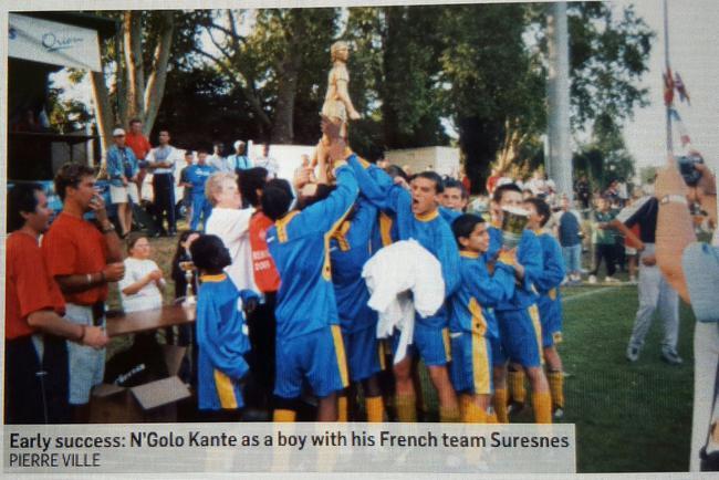 小时候,球队捧杯,坎特(左)安静地站在一旁