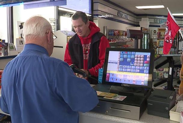 店主在给其他顾客打印彩票