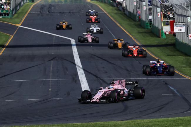 印度力量车队赛车在比赛中