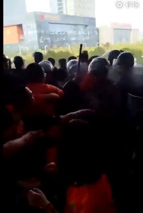 冲突!曝卓尔毅腾球迷发生肢体冲突 警方介入gif
