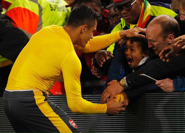 赛后桑切斯还把球衣赠送给了球迷