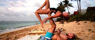 美情侣练着瑜伽把婚求