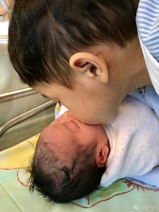 郭晶晶产下一女母女平安 霍启刚:哥哥很疼妹妹