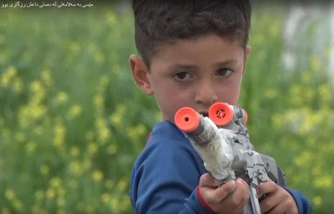小男孩现在更喜欢摆弄玩具枪