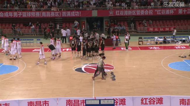 2017全运会男篮预赛,澳门vs解放军,澳门球员赛后向观众鞠躬致谢。