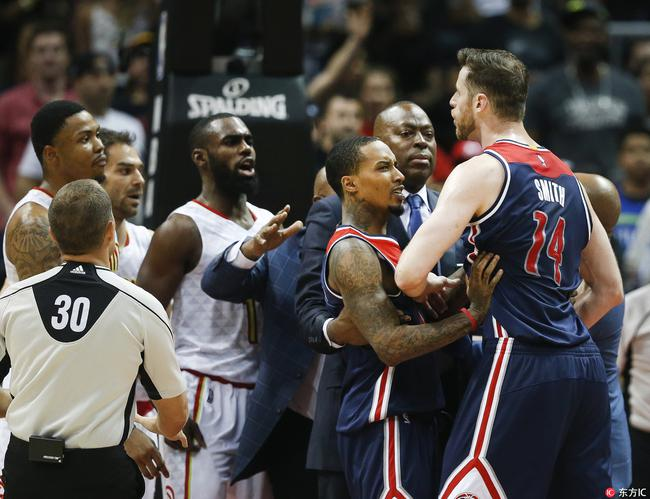 【影片】空中被撞飛!最硬對決再生衝突 多人混戰4人吃T-Haters-黑特籃球NBA新聞影片圖片分享社區