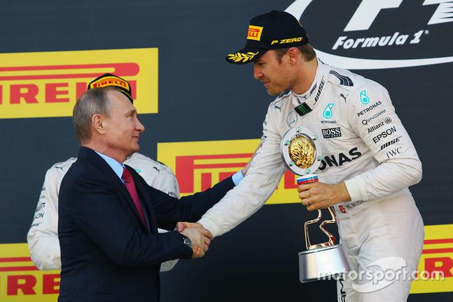 普京为2016年冠军罗斯伯格颁奖