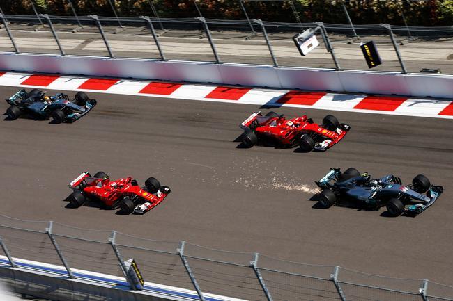 博塔斯超越两部法拉利赛车
