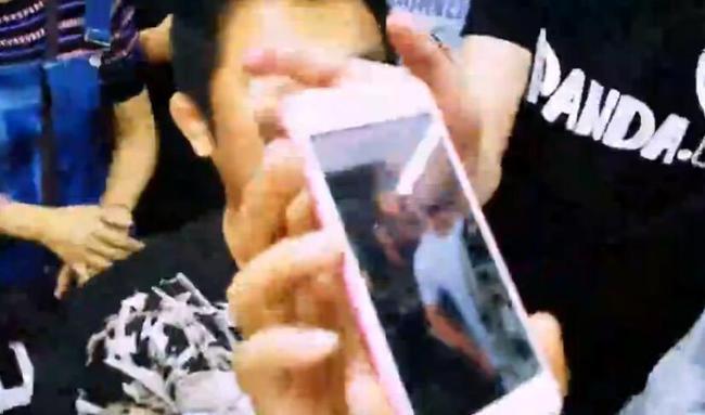 徐晓冬展示被7个人围住的视频