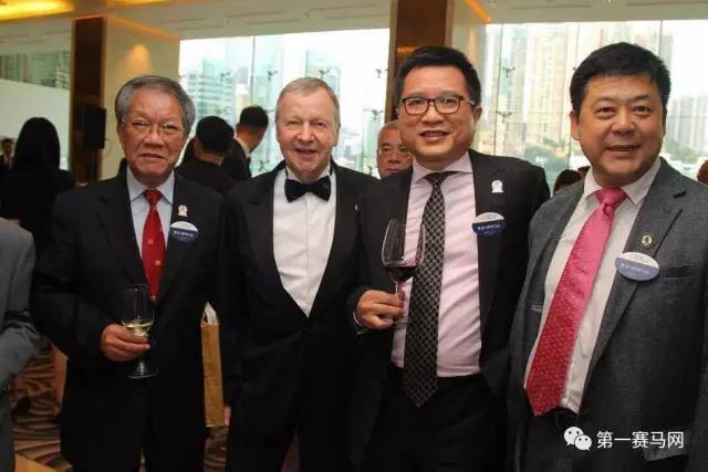 香港评马同业协进会副主席何永强(左一)、香港赛马会行政总裁应家柏(左二)、香港评马同业协进会主席吴伽乐(左三)、中国第一赛马网创办人陈彼德(右)合影留念。