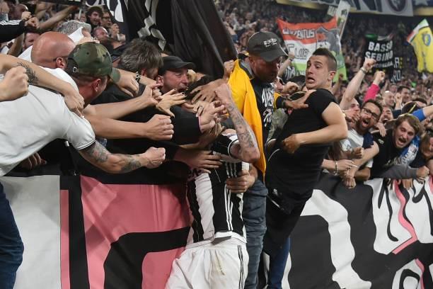 曼朱与球迷庆祝