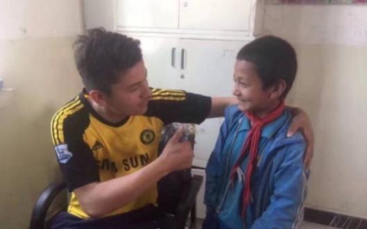 """感人!新疆男孩一把零钱里""""不发皱""""的足球梦"""