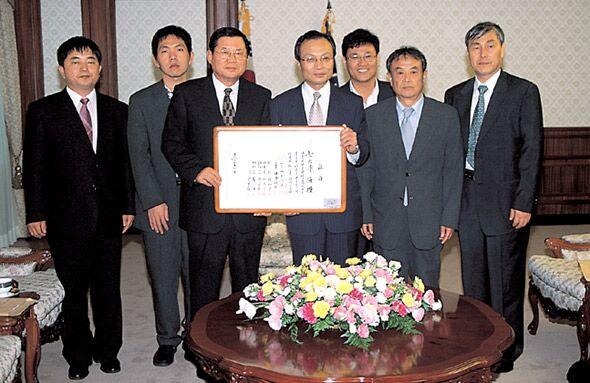 """2004年韩国棋院授予李海赞""""业余7段""""证书"""