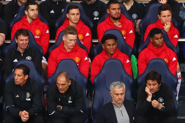 对阵热刺,曼联多位大将轮休坐在替补席上