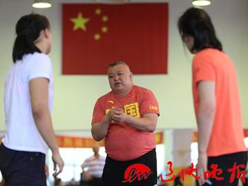 主教练路海在指导队员训练