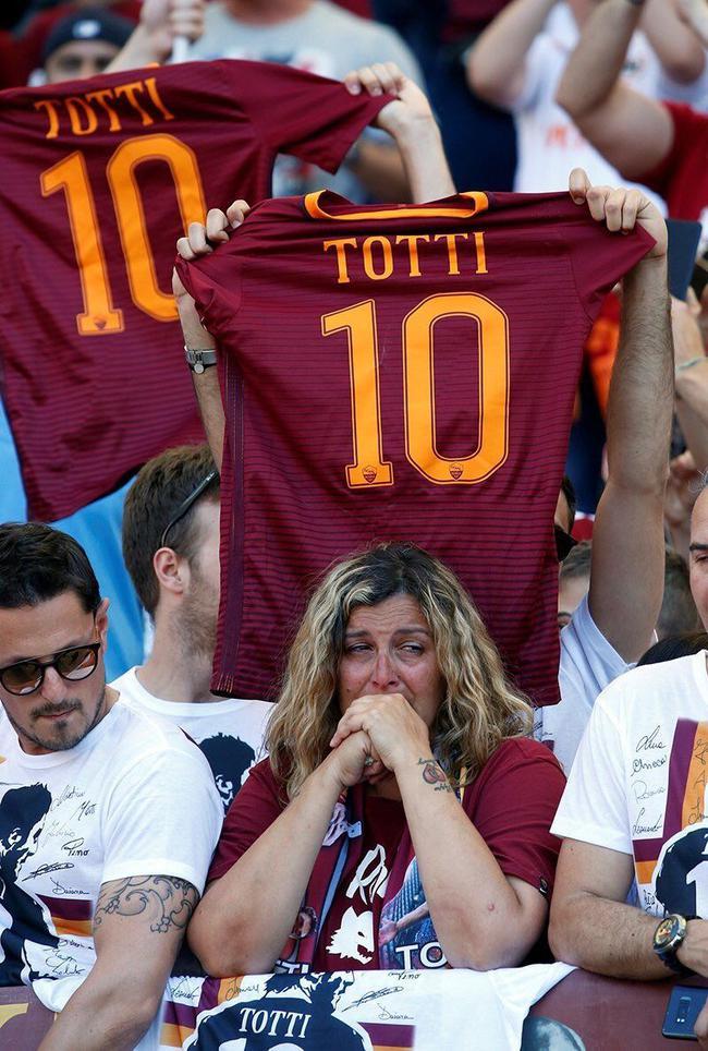女球迷为罗马王子托蒂哭泣