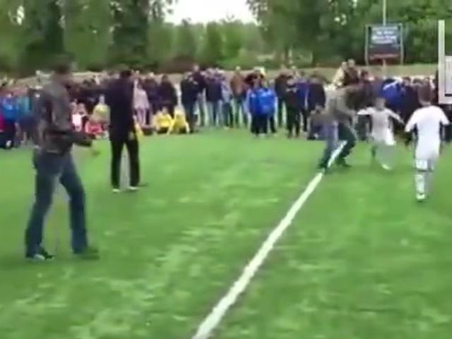 视频-看职业球员戏耍小朋友 阿扎尔绊倒儿子最扎心