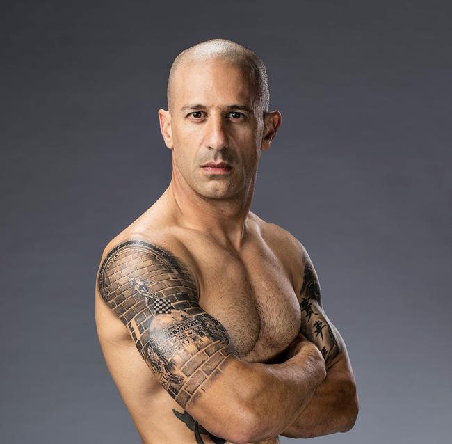 42岁的托尼-卡南秀肌肉