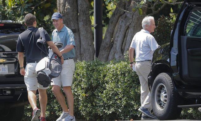 曼宁在白宫外整理高尔夫球杆