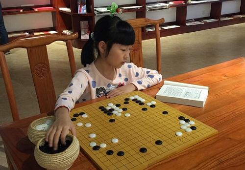 吴依铭目前在杭州棋院进行训练
