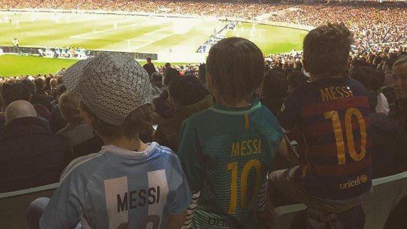 三名身着梅西球衣的小球迷