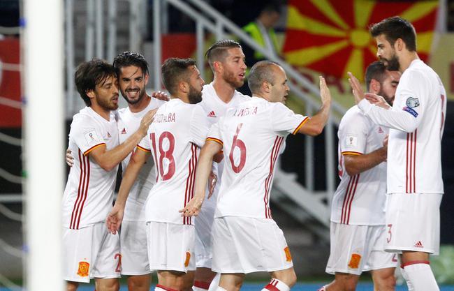 西班牙队庆祝进球