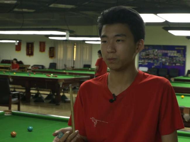 14岁的刘昊,12岁辍学到北京斯诺克学院学习。