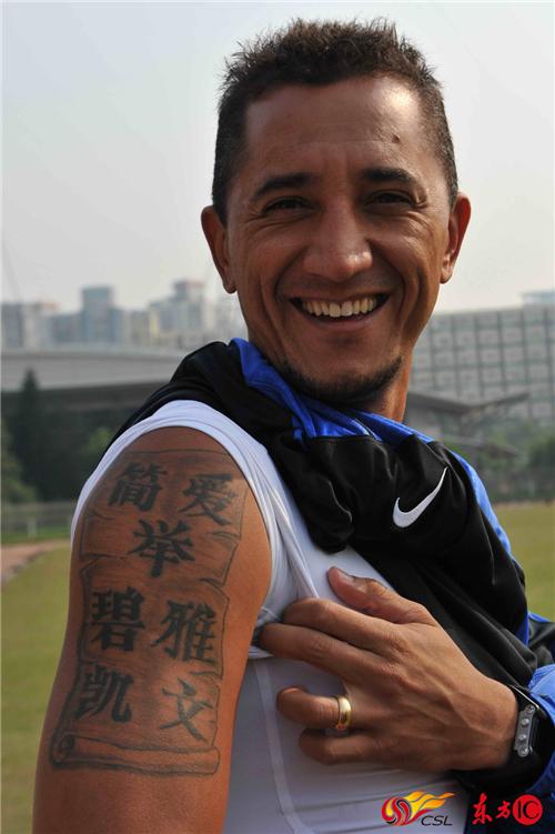 2010年3月,时隔七年提亚哥重返深圳。签约深圳红钻征战中超。镜头前,巴西人展示右臂,熟悉的汉字纹身告诉我们,有些故事不会变。