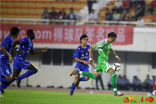 2008年9月,中超第16轮,北京国安客场2-1战胜河南四五老窖。提亚哥单枪匹马带球突破。