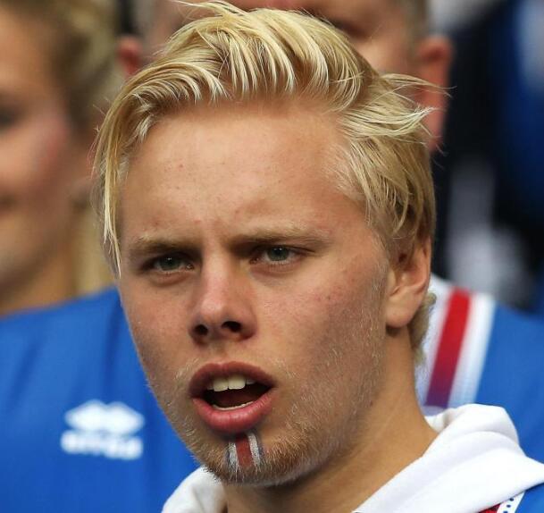 大儿子斯文阿朗欧洲杯期间为冰岛队助威