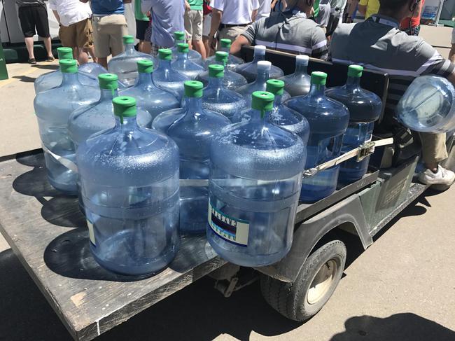 工作人员运输桶装水