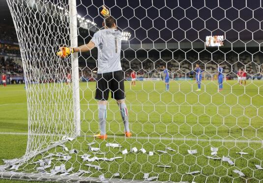 意大利U21比赛,球迷对唐纳鲁马撒假钞