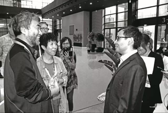 浙江乌镇围棋峰会上,江铸久(左一)、芮乃伟(左二)与DeepMind创始人、AlphaGo之父德米斯·哈萨比斯(右二)交流。