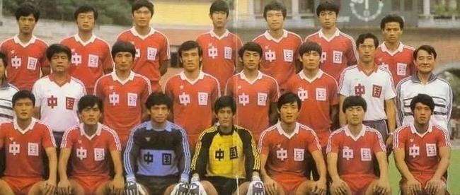 梅州足球名宿曾雪麟(二排左二)曾担任国家队主帅