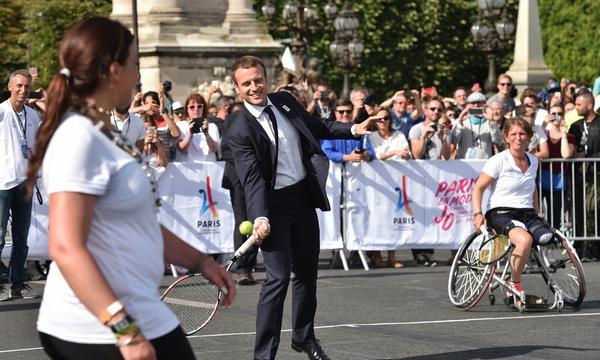 高清-法国总统马克龙打网球 巴托丽普伊出席