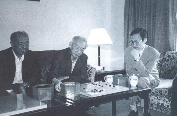 这个系列总是能不经意间看到前辈们的照片,那年应氏杯,关注比赛的李梦华,吴清源,陈祖德。