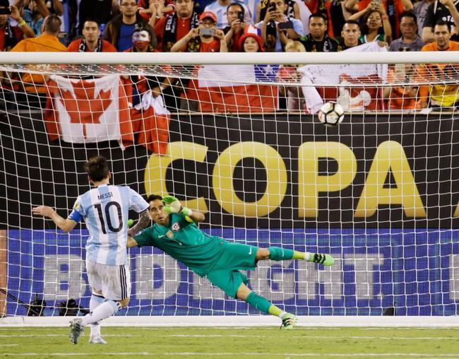 梅西去年第一轮没能罚进,没带来1-0的优势