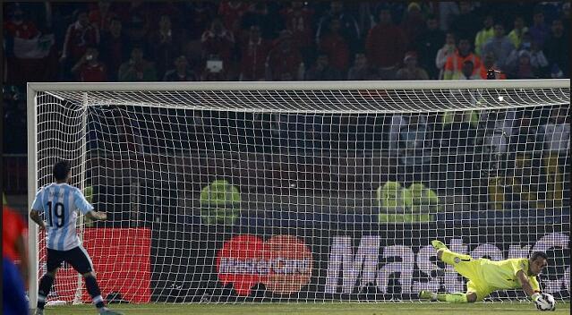 梅西先罚命中,之后的巴内加却没罚进