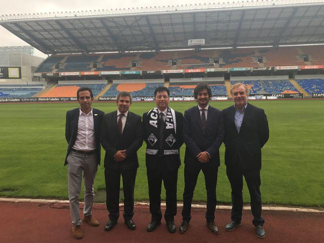李董与俱乐部主席PEDRO(左二)、副主席AFONSO(右二)等在俱乐部主场合影留念