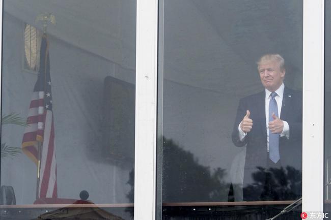 特朗普向人群伸出大拇指