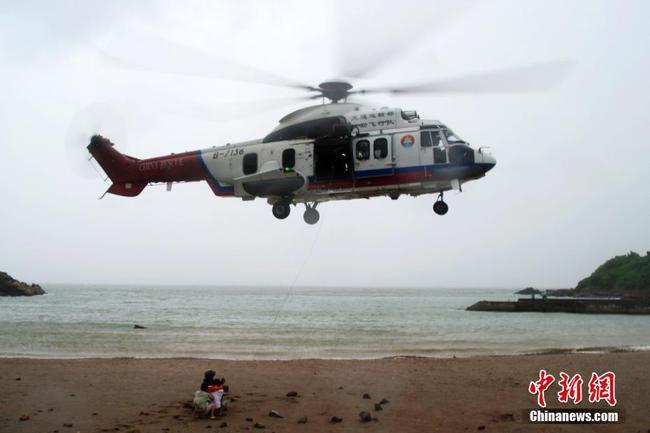 """63名驴友台风""""塔拉斯""""临近被困海岛 救助船机海空联动"""