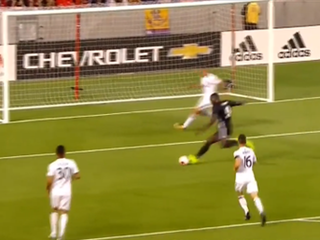 视频-卢卡库曼联处子球 晃后卫抽空门尽显脚下技术