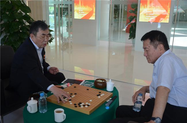 聂卫平和林海峰关注比赛进程