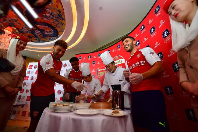 2017年7月19日,中国  2017年阿联酋航空足总杯冠军队阿森纳将于今天在上海体育场迎战德国拜仁慕尼黑,并于22日在北京鸟巢对阵同为英超劲旅的切尔西。赛场上,阿森纳球队将身披中文战袍,携手官方合作伙伴阿联酋航空向中国球迷致敬。   作为全球领先的国际航空公司,阿联酋航空多年来积极参与包括足球在内的众多体育赛事及文化活动的赞助,旨在与广布全球超过80个国家和地区的乘客建立紧密的情感纽带,分享足球等体育运动带来的激情与喜悦。自2004年起,阿联酋航空正式成为阿森纳足球俱乐部的长期合作伙伴,除了球衣赞助